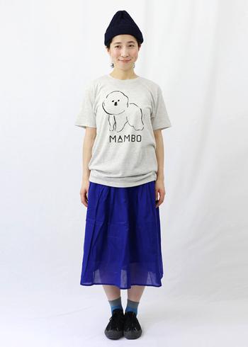 ほっこりとしたイラストが可愛いTシャツには、ビビッドカラーのスカートを合わせて個性をプラス。