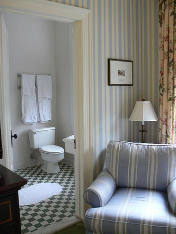 トイレの床といえば、白のタイル貼り、というイメージが強いですが、こんな風にカラータイルで敷き詰めれば、それだけで雰囲気のあるトイレに。