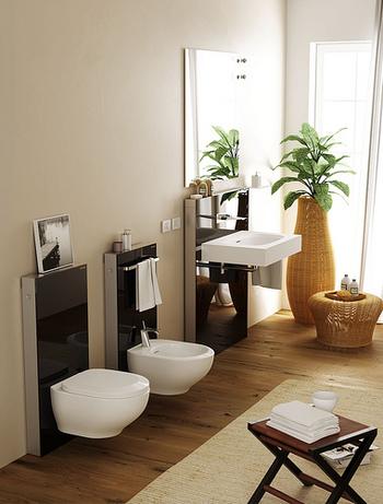 木目調の床はまるでリビングのような爽やかなトイレのインテリアに。ベージュの壁紙が明るく広くトイレを見せていますね。