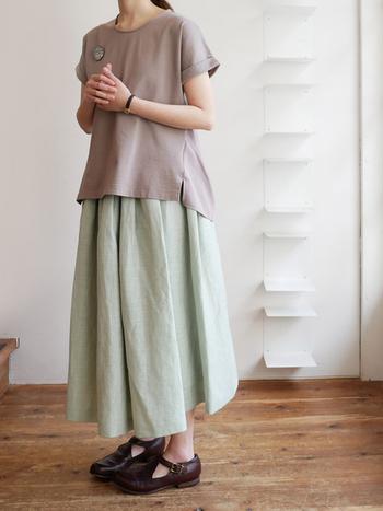 ゆったりめのトップスに、ふんわりリネンスカートの組み合わせが素敵なナチュラルコーディネートです。