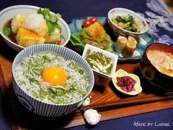 しらす干しは手軽に加えるのに丁度良い。  大葉の千切りと、炒り胡麻をプラスして。朝ご飯でも、昼ご飯でも。