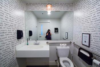 イチから壁紙を選べるなら、思い切ってこんな大胆な柄にするのもアリかも?ちょっと冒険してみても面白い場所、それがトイレです!
