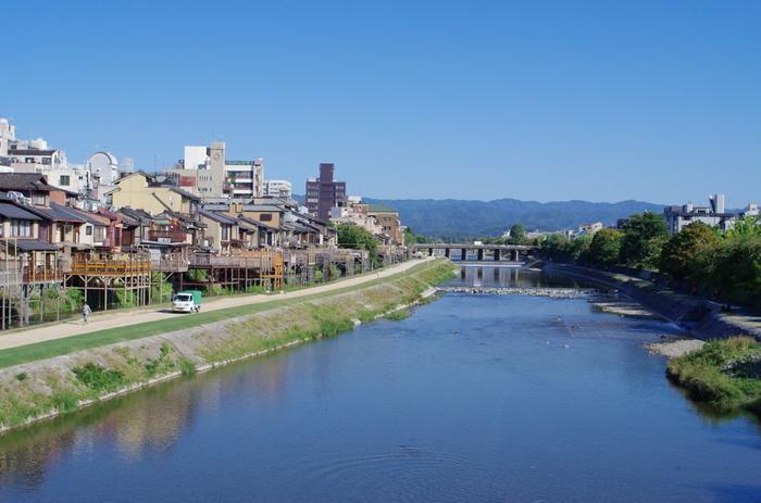 京都といえば寺社仏閣などの観光地が有名ですが、地元の人たちや若者が集うスポットもあります。それが、三条・四条を中心とした河原町エリアです。オシャレなお店がたくさん立ち並んでいて、買い物も遊びも全部できちゃう場所なんですよ。