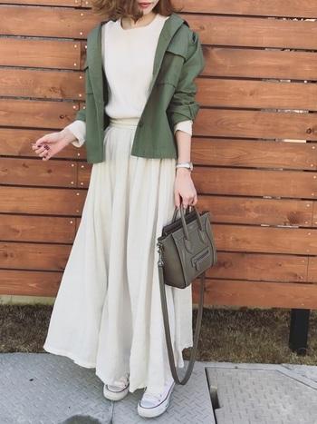 コットンスカートは、どんなトップスと合わせても素敵に仕上がるオールマイティーさが特徴。生成りのようなナチュラルな印象のロングスカートには、カーキのミリタリージャケットと合わせてエッジを効かせて。