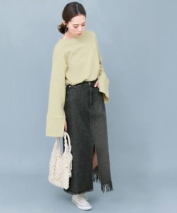 ブラックデニムのスカートは、大人っぽいスタイリングにおすすめです。ブルーデニムとは印象がガラリと変わり、スタイリッシュな印象に。ちょっとクラスアップしたデニムロングスカートコーデを楽しむことができます♪