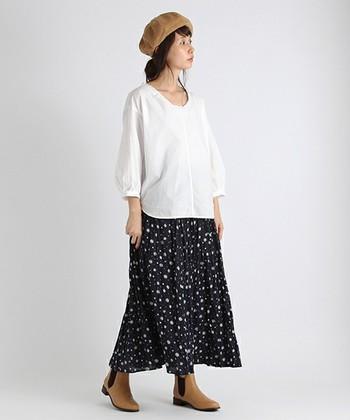 ゆったりとしたシルエットに仕上げたいなら、白のブラウスを、スカートにインせずに着こなして。程よいゆるさとサイズ感がポイント。キャメルのブーツとベレー帽で遊び心のあるスタイリングに仕上がっています。