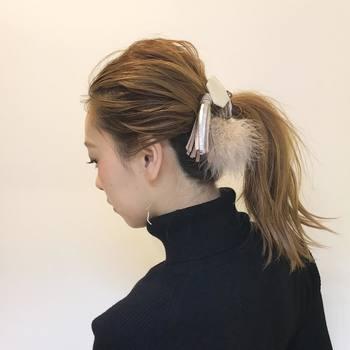 ざっくりとまとめたシンプルなポニーテールは、大ぶりのヘアアクセサリーでアクセントを。フィット感のあるニットを選びましょう。