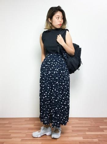ブラックを基調にコーディネートを仕上げれば、甘過ぎない、程よく大人っぽい仕上がりに。花柄スカートのふわっとした軽やかさと、大人のブラックがマッチしたバランスのいいスタイリングです。