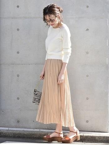 コンパクトなトップスと、ふわりとした雰囲気のプリーツスカートを合わせると気になる下半身も目立たなくなるのでおすすめです。春らしい白とアイボリーのスカートを合わると、いまどき感が叶うコーディネートに。
