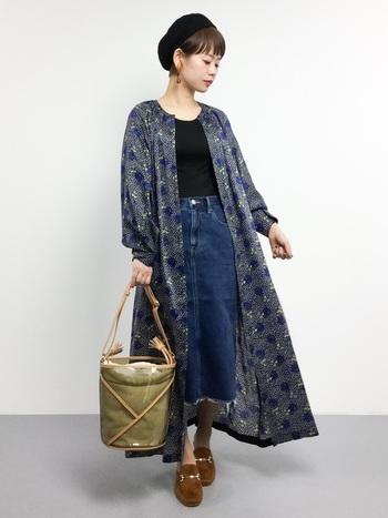 人気の柄物ワンピースをカーデ感覚で羽織るだけで、リラックス感漂うトレンドコーデの完成です。デニムスカートはシンプルな黒のトップスと合わせ、主張し過ぎずまとめましょう。