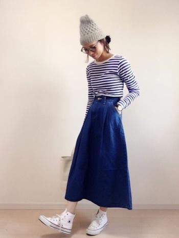 Aラインのフレアデニムスカートは、適度に広がりがあって女性らしい印象に。トップスにはブルーのボーダーロングTシャツを合わせ、力まずさらりと着こなして。
