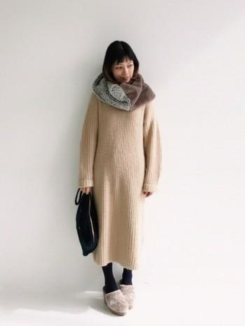 一枚着るだけでおしゃれに決まるワンピース。秋冬に着るなら、ほっこりと暖かいニットワンピースがおすすめです。小物や他のアイテムとの合わせ方次第で、可愛くも大人っぽくも着られるんですよ。