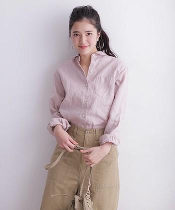 柔らかいカラーのリネンシャツはピンクベージュを合わせてナチュラルな雰囲気に。優しい色合いの方がリネンの良さを引き立ててくれそうですね。