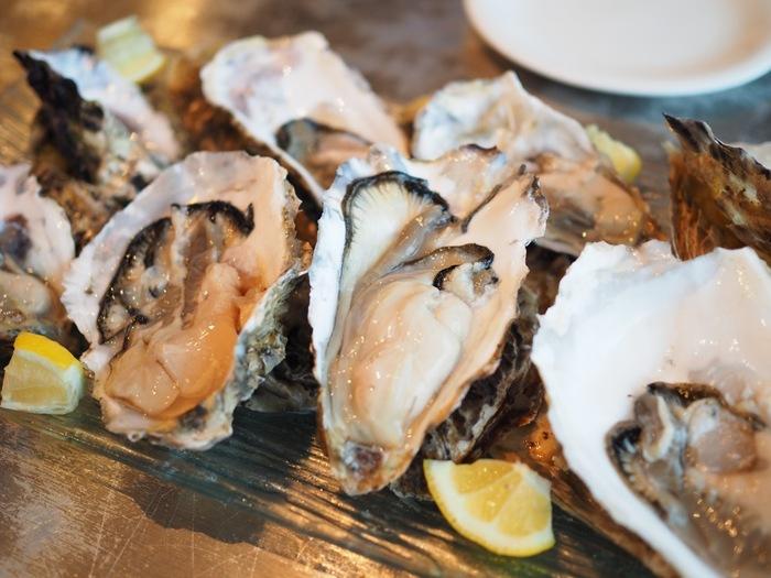 海のミルクと呼ばれる牡蠣(かき)には、肝機能アップに役立つ「アミノ酸」、貧血予防にもなる「鉄分」、疲労回復・美容効果のある「ビタミン群」が豊富に含まれています。 鉄分の吸収を促進させるためには、レモンや大根おろしなどのビタミンCを含む食べ物と一緒に食べるのがとても効果的。またビタミンB群をより吸収させるためには、ネギ・ニラ・ニンニクもあわせて摂ることがポイントです。