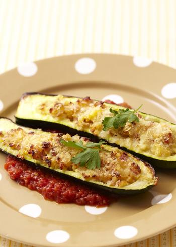 ファルシーの語源は、フランス語で「詰める」を意味するファルシ<farcir>。簡単に言うと詰め物料理のことです。日本で一般的によく作らられているファルシーには、ピーマンの肉詰めやロールキャベツがありますが、他にもトマト、ズッキーニ、玉ねぎなどの野菜類、キノコ類、魚介類、肉類など、さまざまな食材でファルシーは作れます。味の組み合わせや、形や彩の豊かさで、パーティーなどのおもてなし料理にも最適です。