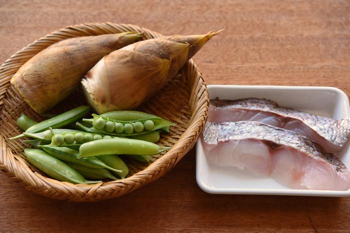 鯛は、産卵期直前の桜の季節が旬。今の時期に獲れるものは「桜鯛」とも呼ばれ、脂がのって美味しいという特長があります。たけのこは言わずと知れた春の風物詩。えんどう豆は、風味が良いので、できればさや付きのものを用意してください。
