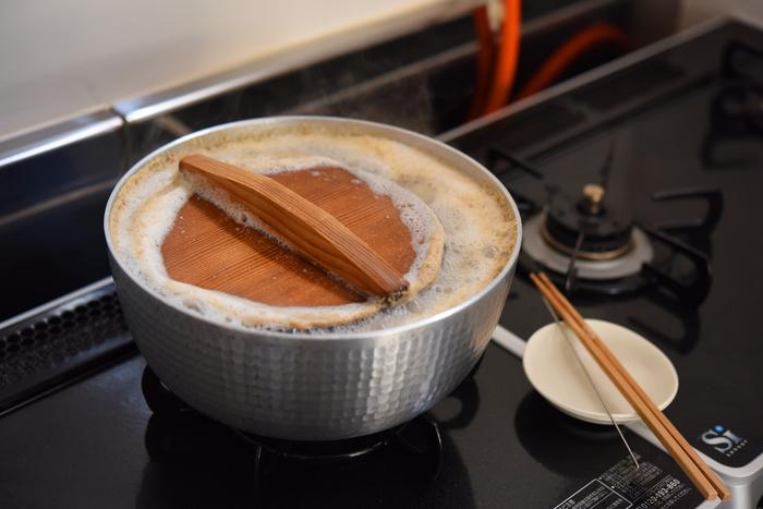 ぐつぐつと煮込むこと2時間。おいしく食べるため…と言い聞かせ、気長に待ちましょう。ゆで汁ごと冷蔵庫にいれておけば3~4日持つので、時間があるタイミングに挑戦してみて。