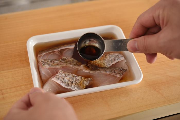 下ごしらえやつけだれに漬けておく時間を考えると、「鯛のつけ焼き」も前日に準備を進めておきたいところ。ポイントは、漬け込んだあとのタレを捨てずに取っておくこと!実は、焼くときにも必要になります。