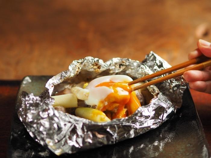鶏もも肉と砂肝を包んだ、晩酌にぴったりなホイル焼き。最後に落とす温泉卵がうれしいおまけ。とろりと絡めていただきましょう♪
