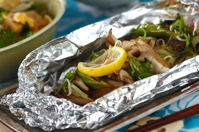 下味をつけたブリを蒸し焼きに。甘辛味で身もふっくら、ご飯が進む一皿に。きのこを一緒に入れれば、ボリュームも満点!