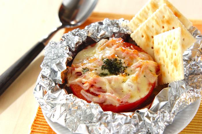 トマト1/2を大胆に包んだホイル焼き。チーズとベーコン、塩、こしょうとシンプルな味付けです。彩りも鮮やかで、ホイルを開けたら歓声が起こりそう。