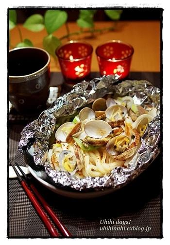 あさりを使ったホイル焼きうどんは、ナンプラーをたらして、ちょっぴりエスニック風に。おかずだけではなく、主食も作れちゃうんですね!
