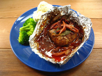 ハンバーグを作る機会があったら、ホイルに包んでオーブンで焼いてみて。肉汁たっぷり、ひと味違った美味しさに感動しますよ!オーブンがない場合は、深さのあるフライパンを使って焼いてもOKです。