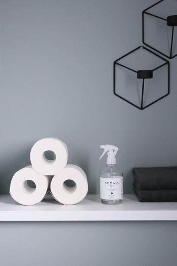 あえて何もせずに重ねて見せる収納。トイレ用のスプレーはラベルのデザインが素敵なものを選べば、立派なインテリアに。