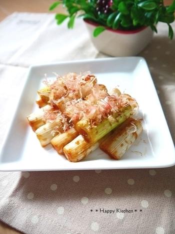 同じ長ネギ丸ごとレシピでも、こちらは味噌を使った和風味。ぴりりと効いた柚子こしょうが後引く一品。おつまみに、晩酌のお供にどうぞ。