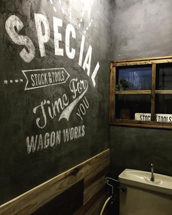 壁をコンクリート風に塗り替えて、文字はステンシルで。こんなにおしゃれなトイレ、なかなかありません。しかも、自分でDIYしたというから驚き!