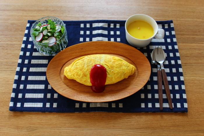 このように大胆な柄のプレイスマットは料理に彩りを添えてくれます。食卓で使うのはもちろん、小物の下に敷いても素敵ですよ。