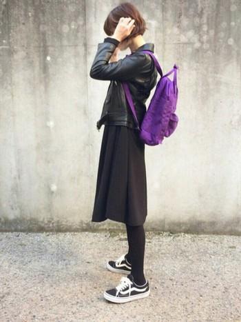 こっくりとしたパープルは、黒のワントーンコーデに合わせるのが正解。逆にモノトーンの服が多い人こそ、色リュックを楽しめるとも言えますね!