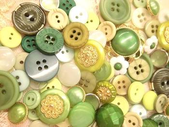 お気に入りのボタンや、アンティークショップで見つけたボタンがおうちにあれば、自分だけのコサージュがすぐにでも出来上がりますよ。