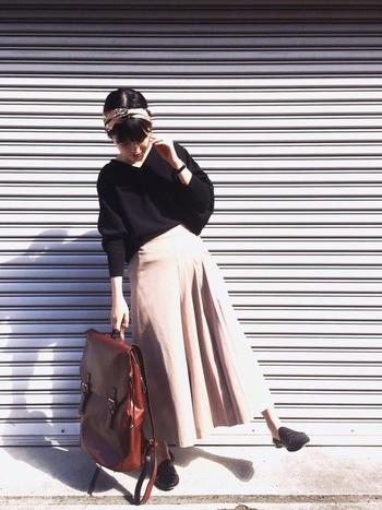 ヴィンテージな雰囲気漂う革リュックは、存在感のあるスクエア型が新鮮。背負ってはもちろん、手提げで持っても絵になりますね。