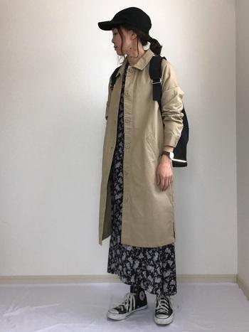 ステンカラーやトレンチコートにもおすすめ。きちんと仕様のコートも、リュックを背負えば大人カジュアルな雰囲気に。