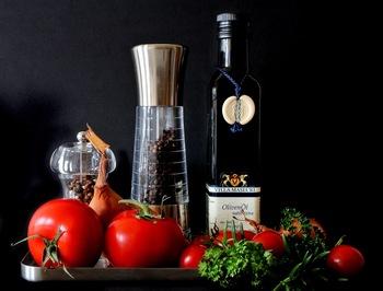 基本の材料はお米とお水、トマト、オリーブオイルと塩こしょうのみです。 お好みでハーブや香辛料、野菜や魚介類などの具材を入れてアレンジすることもできますよ。