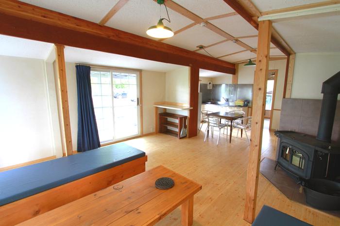 10名まで宿泊できる、明るくて広々とした室内には薪ストーブもついています。