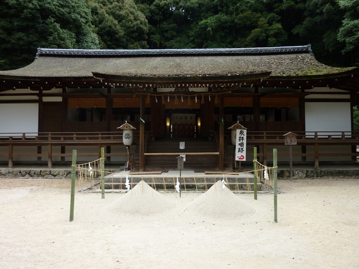 国宝の拝殿。鎌倉時代の寝殿造の遺構です。手前に盛られているのは「清め砂」。境内をお清めする砂です。拝殿の横の授与所では、自宅用の清め砂を購入できます。