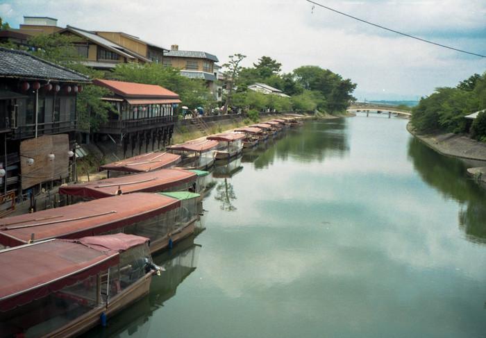 そんな宇治川は遊覧船でクルージングすることができます。春には桜、秋には紅葉など四季折々の風景をゆったり楽しめ、宇治川沿いに宇治の自然を堪能できます。