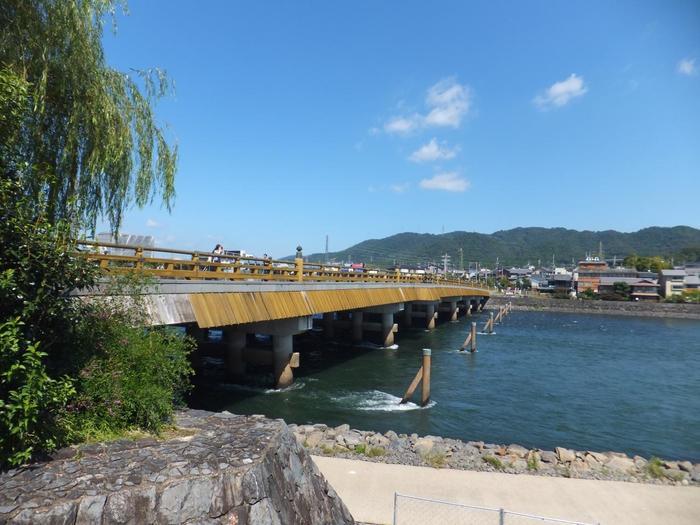 源氏物語にも登場する宇治川。源平の合戦時に源義経と木曽義仲が宇治川を挟んで戦った「宇治川の戦い」が行われた場所でもあります。その宇治川には画像の「宇治橋」という646年(大化2年)にかけられた日本最古の橋があり、様々な歴史的要素がある川です。