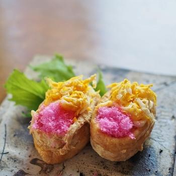 酢飯にパルミジャーノチーズを混ぜ込んだ、洋食やイタリアンとも相性が良い、いなり寿司。桜でんぶと錦糸卵の色合いがとても華やかです。