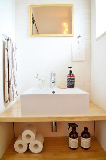 トイレの手洗い場にもこだわってみると、よりオシャレに。鏡、カレンダー、ボトルetc.すべてが素敵。グリーンをちょこんと飾って居心地のいい空間に。