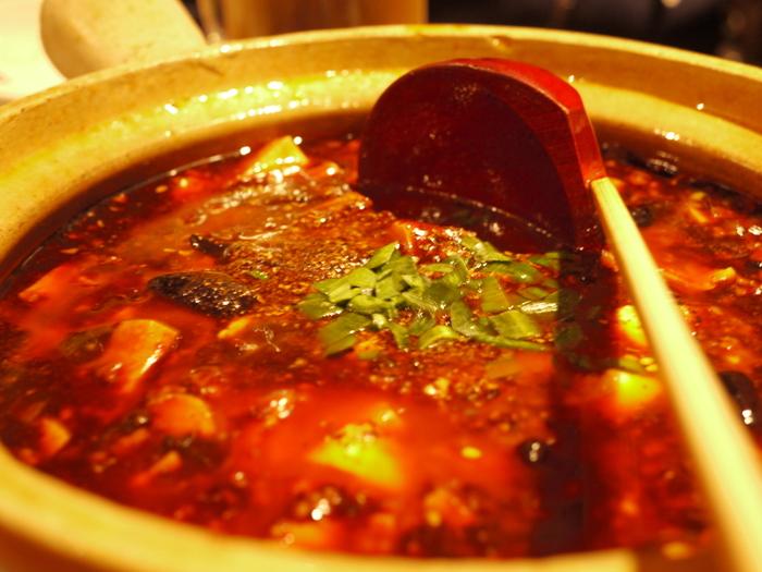 ぐつぐつ煮込んだピリ辛麻婆豆腐。ごはんにたっぷりかけていただきましょう。