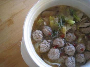 中国で鍋料理の意味をもつ「ピェンロー」は、著書で妹尾河童さんが紹介したことで、SNSを中心に人気の鍋です。薄切り肉を用いることが多いのですが、こちらのレシピは肉だんごで食べごたえアップ。肉のだしをたっぷり含んだ白菜がとろける美味しさです。