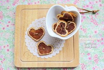 """砂糖漬けしたレモンを乾燥させて、""""セミドライフルーツ""""に。自分で作れば安心して食べられますね。"""