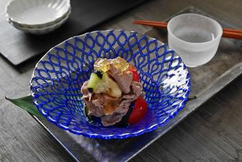 きりりと冷えた日本酒に合いそうな和の香りただよう一皿です。牛しゃぶとみずみずしいナスとトマトをジュレであえていただきます。器もよく冷やして出せば、まるで料亭気分♪
