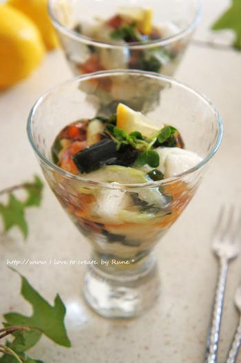 長芋とわかめ、セロリ入りの和風の前菜は、ガラスの器に入れて、ポン酢ジュレで爽やかにいただくのが◎