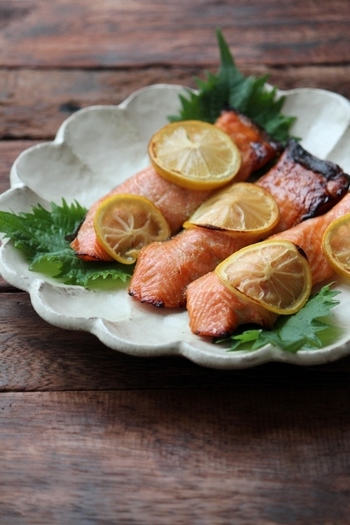 鮭の上にレモンを乗せて焼き上げた鮭のレモン焼き。めんつゆとレモンの風味で箸が進みそうな一品。