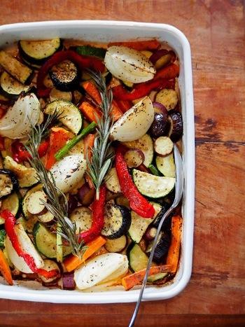 野菜を食べやすい大きさにカットし、ボウルに切った野菜を入れオリーブオイル、ブラックペッパー、ハーブソルトを加えて下味をつけます。あとは、200℃に熱したオーブンで25~30分、火が通るまで焼けば完成!シンプルにオーブンで焼いただけの野菜料理は、余分な水分が飛んで旨みがギュッと凝縮されています。その季節ごとに旬のお野菜で作ってみてもいいですね。