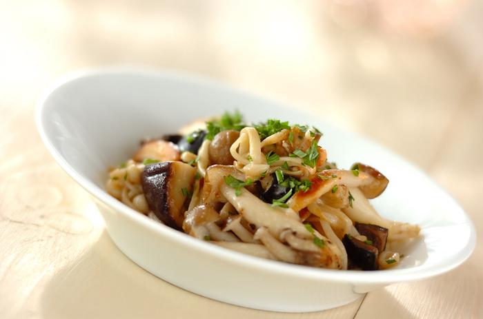 炒め物の味付けとしてもハーブソルトは大活躍!調理中に振りかけるだけなので、手軽に使えて便利です。また、パスタ料理などにもよく合いますね。